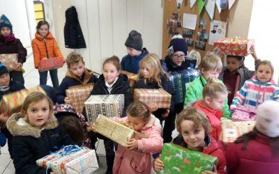 Schüler packen Geschenke für Kinder in Not